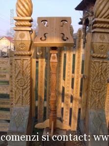 Analog sculptat din lem de stejar cu un picior