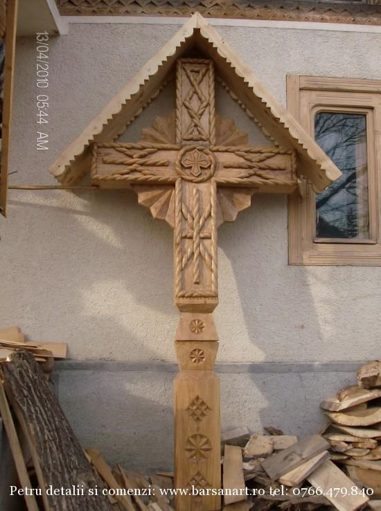 Cruce sculptata cu raze