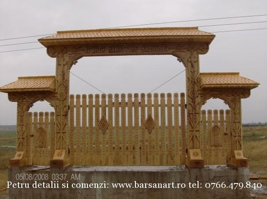 Poarta Maramureseana sculptata in lemn din Tulcea- Halmyris
