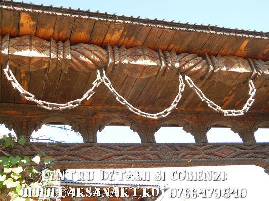 Poarta maramureseana cu lant din lemn