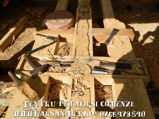 Stadiu de lucru la o cruce sculptata