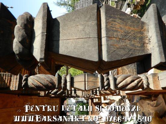 Stalp sculptat din lemn
