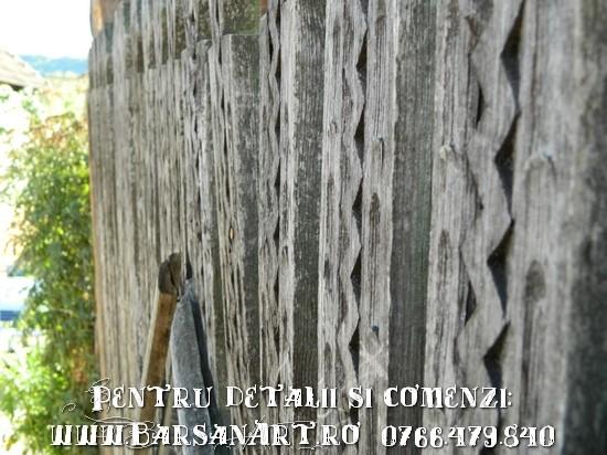 Usa de poarta din leturi sculptate