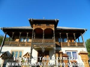 Casa cu balcon sculptat din lemn