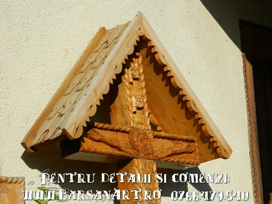 Cruce sculptata in lemn cu acoperis