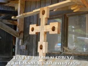 Detaliu Cruce din lemn de pe acoperis