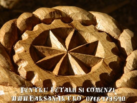 Detaliu Cruce sculptata din lemn