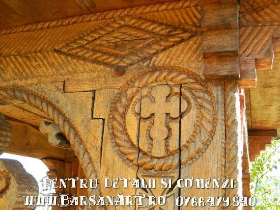Detaliu cruce in lemn