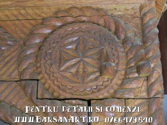 Detaliu portita sculptata