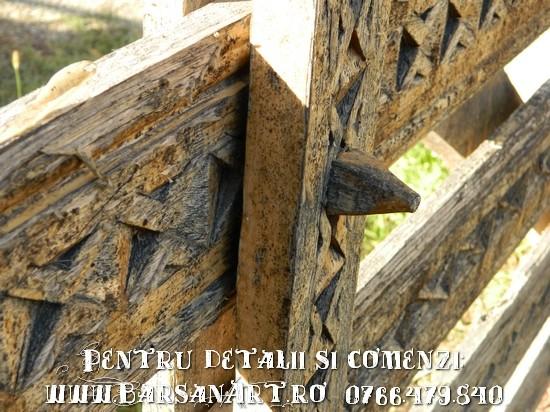 Detaliu usa poarta de lemn