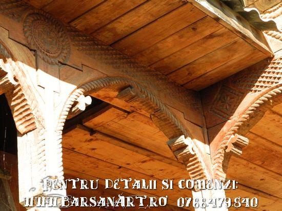 Model sculptat la casa din lemn